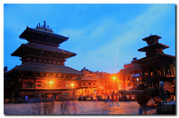nepal-evening-lights-at-bhaktapur_l